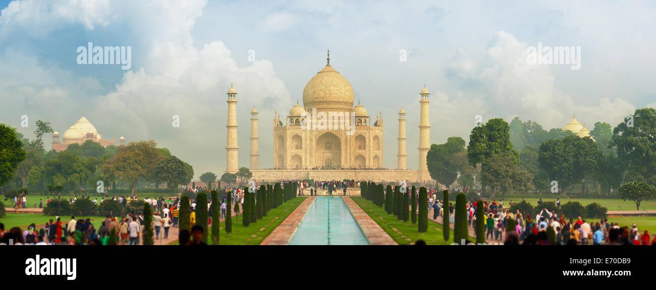 El famoso Taj Mahal, visitado por miles de turistas cada día. Arga, India Imagen De Stock