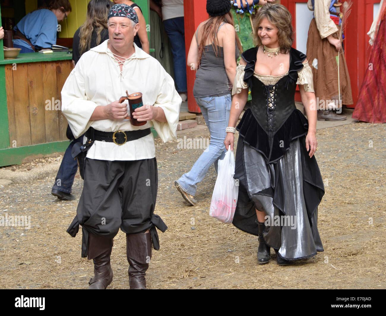 Par ataviados con trajes de la época del renacimiento en el Renaissance Festival en Crownsville, Maryland Imagen De Stock