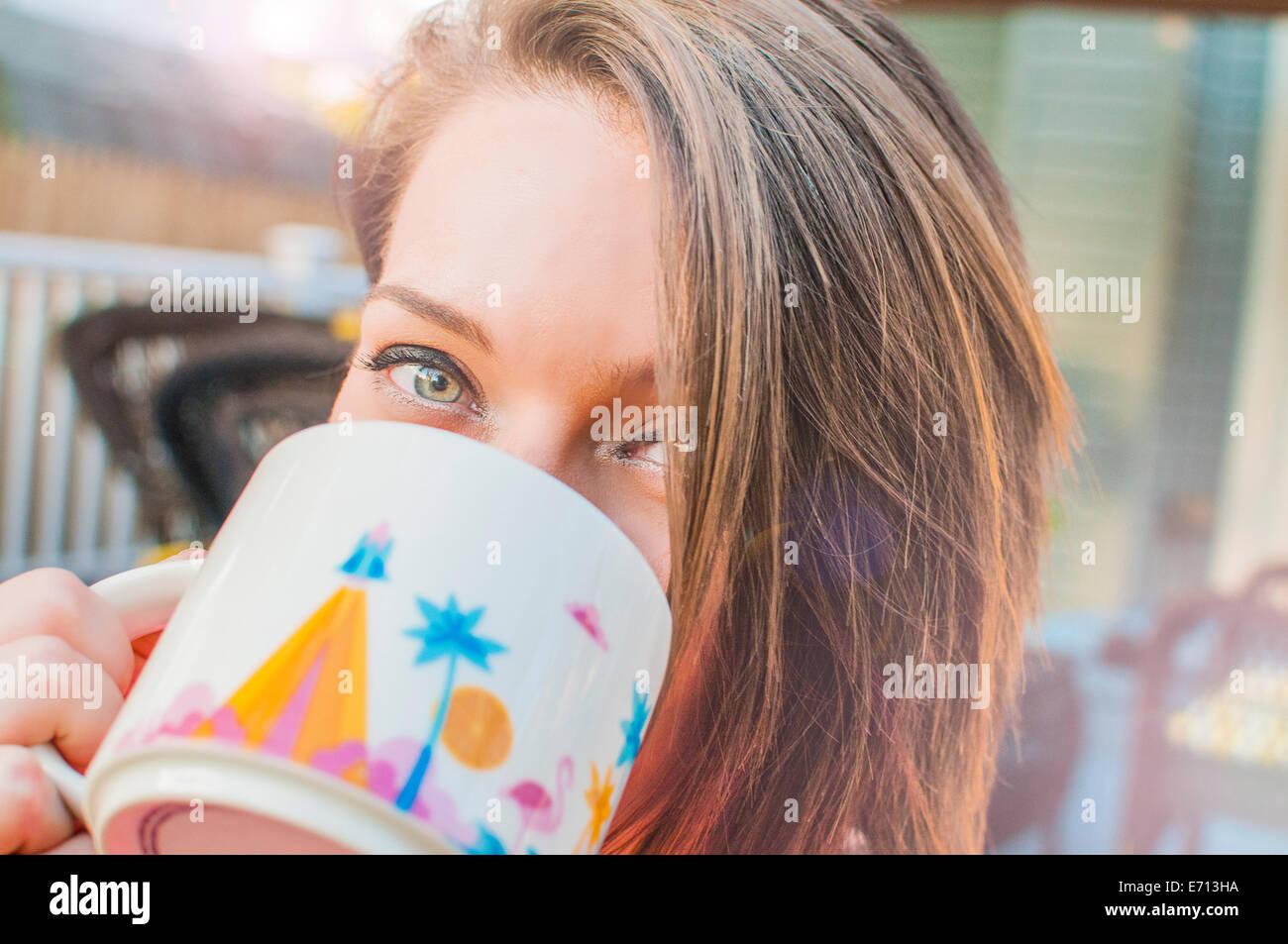 Primer plano de un joven bebiendo café de taza Imagen De Stock
