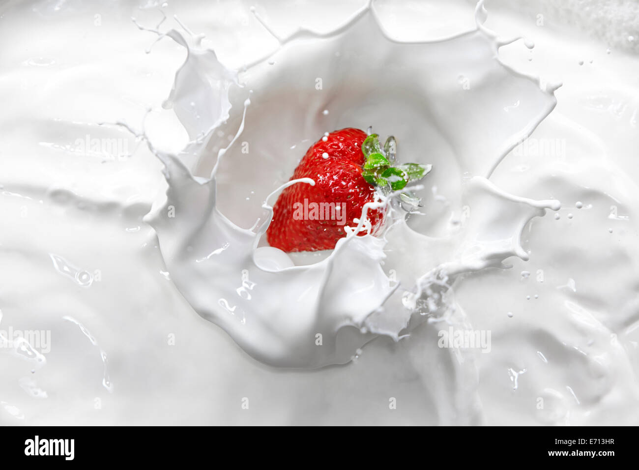 Salpicar la crema de fresas Imagen De Stock