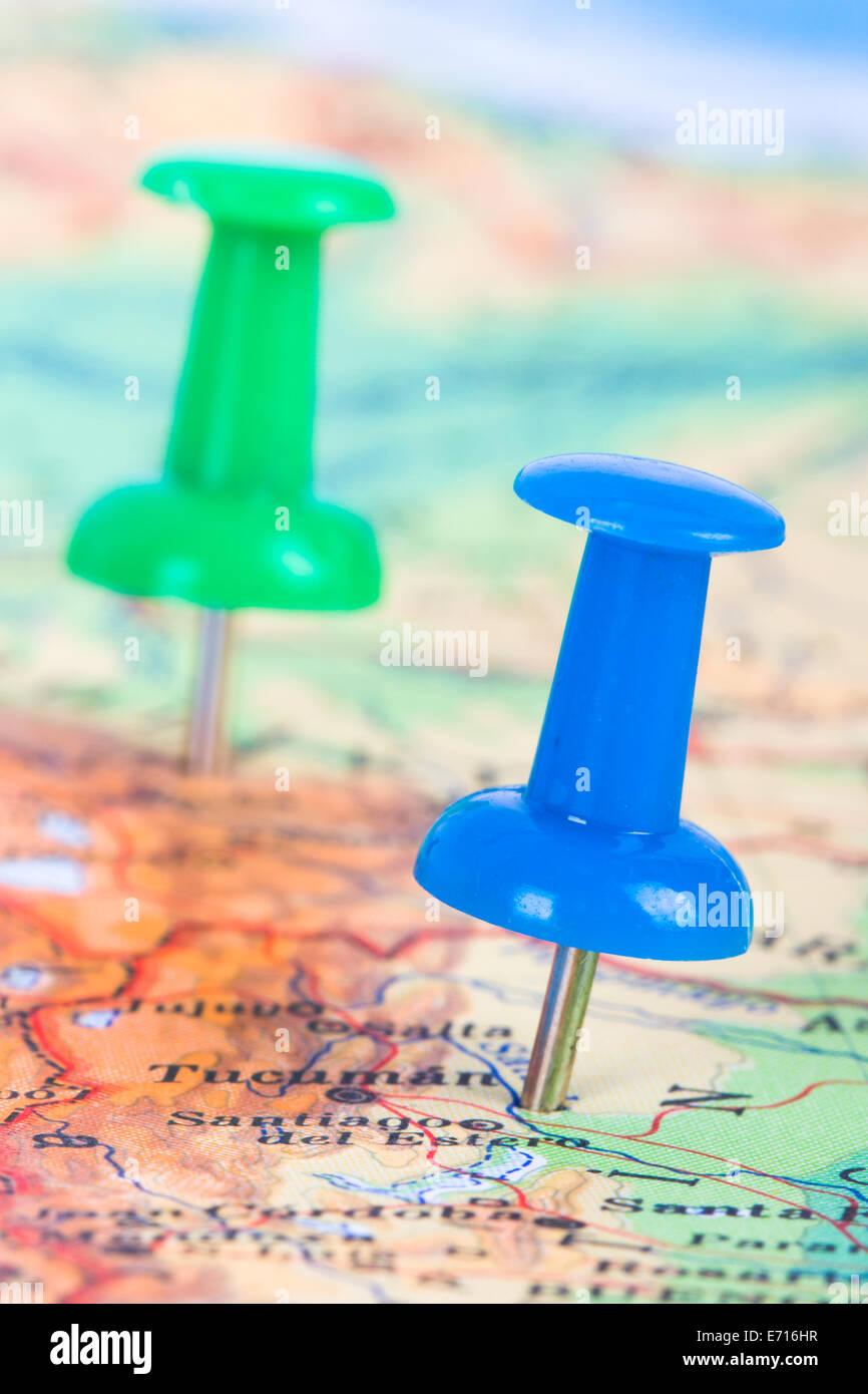 Tachuelas redondas mostrando y señalando la ubicación del punto de destino en el mapa de Ankara, Turquía. Imagen De Stock