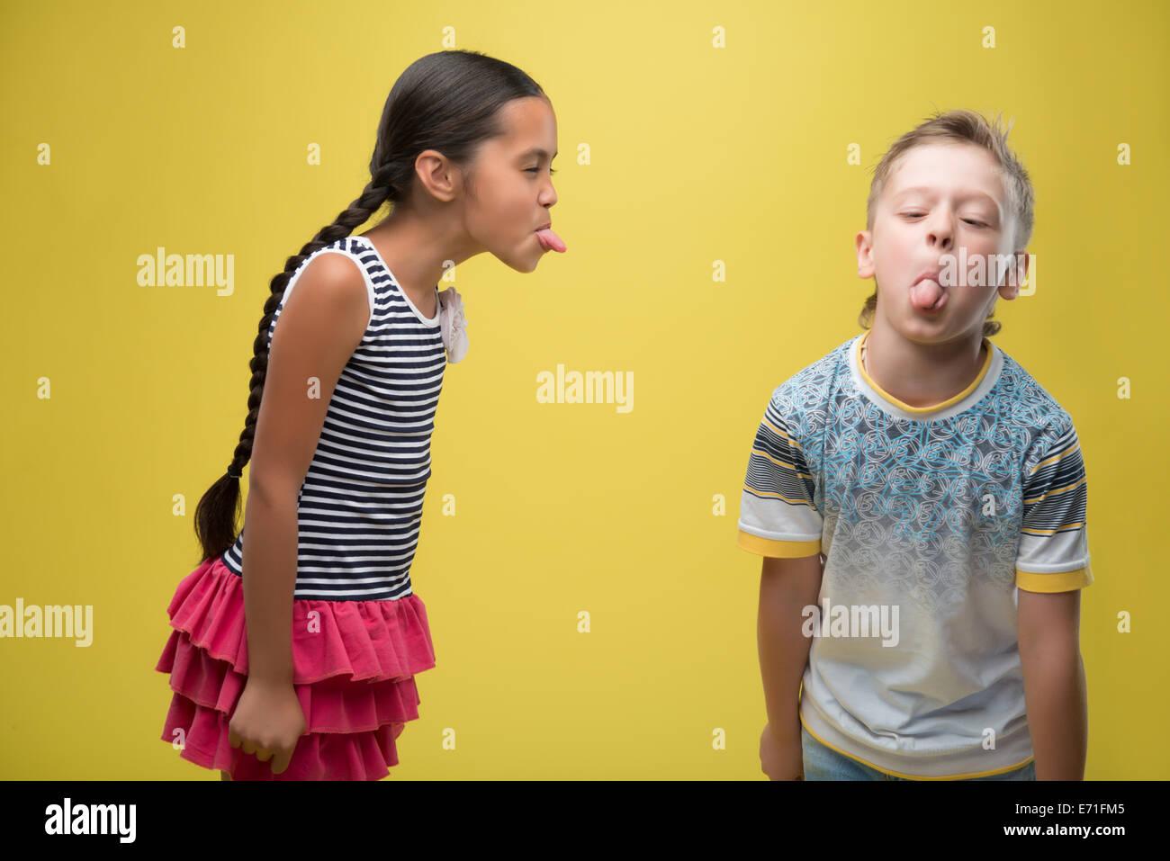 Niño y niña Foto de stock