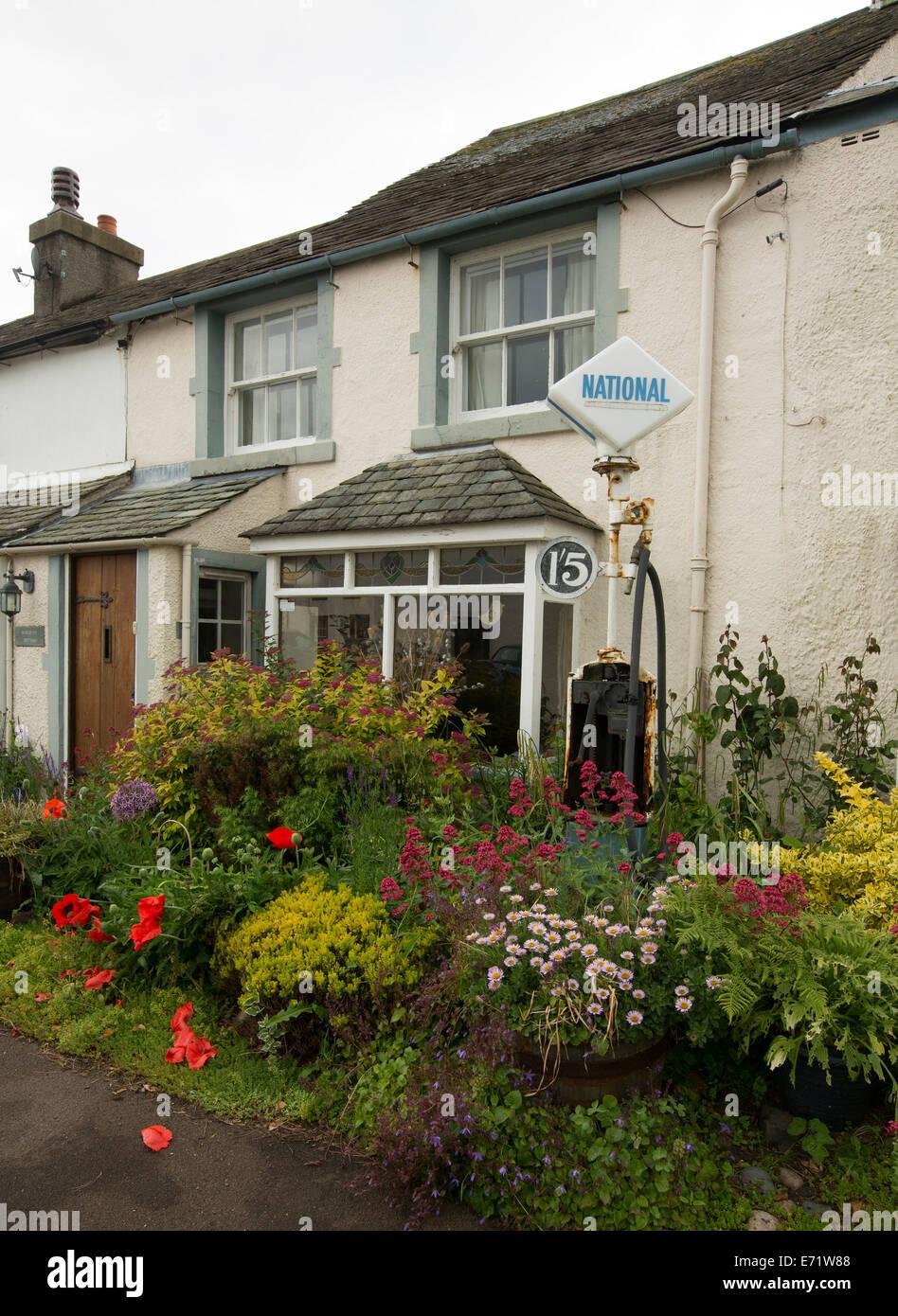 Casa Y Jardin Pequeno Con Un Colorido Surtido De Plantas De Flores