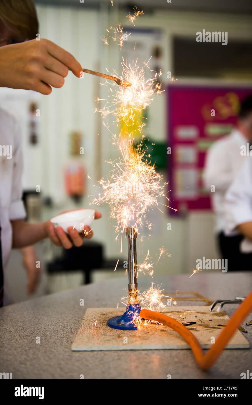 La educación secundaria Gales UK - un muchacho haciendo un experimento en una clase de química la ciencia Imagen De Stock