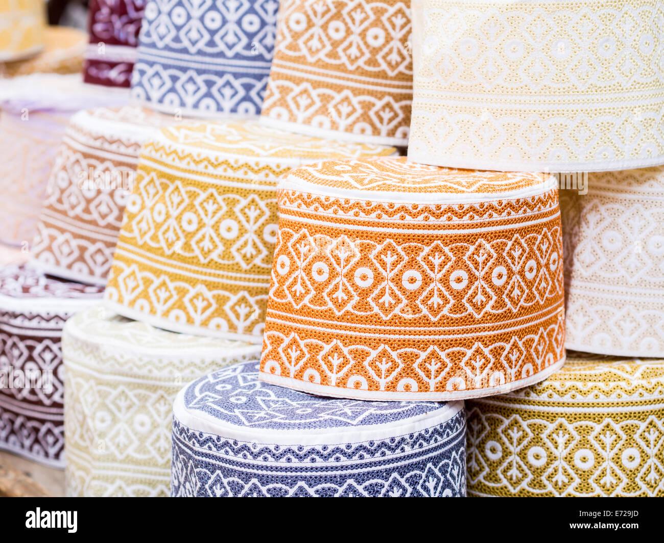 Sombreros musulmán llamado taqiyah Darajani sobre un stand en el mercado de la Ciudad de Piedra de Zanzíbar. Imagen De Stock