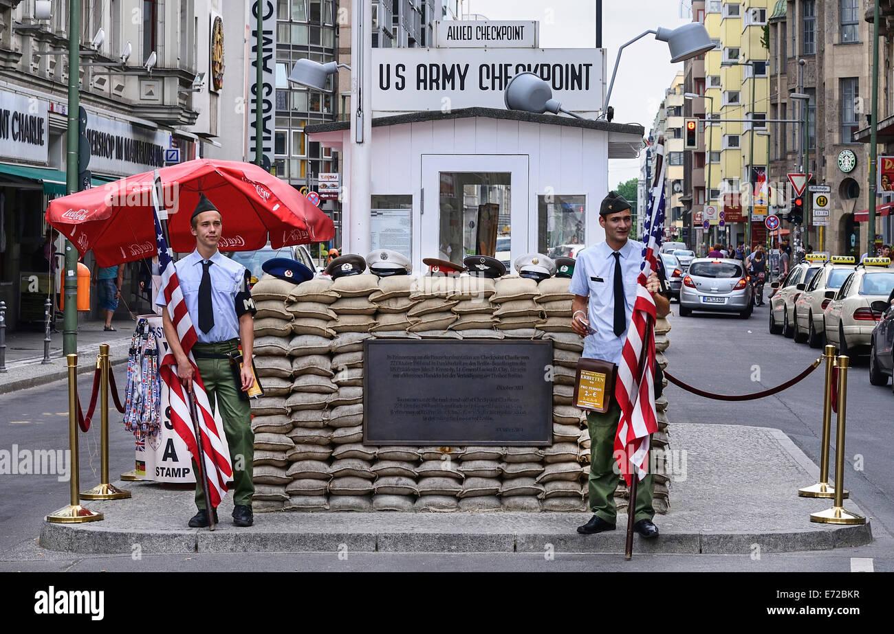 Alemania, Berlín, Checkpoint Charlie checkpoint del ejército estadounidense y caseta de vigilancia la Imagen De Stock