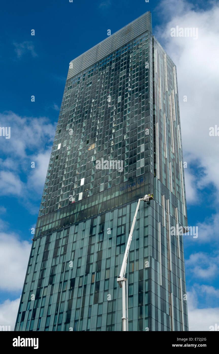 Los trabajadores de mantenimiento en una plataforma de acceso a la camilla Beetham Tower Building, Manchester, Inglaterra, Imagen De Stock