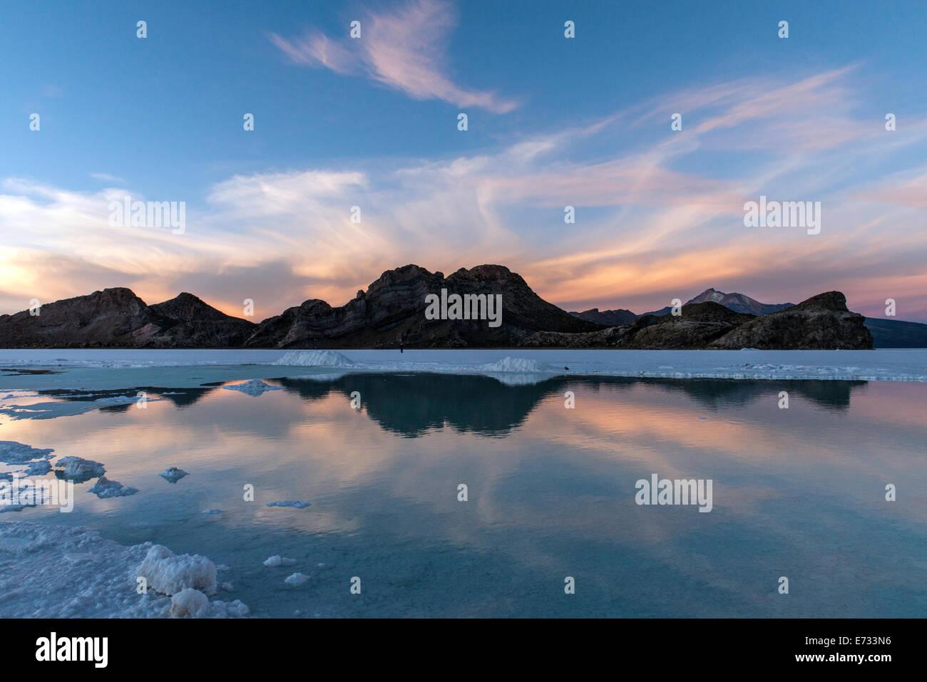Salar de Uyuni o Salar de Uyuni o Salar de Tunupa) al atardecer en Potosí, Bolivia, América del Sur Imagen De Stock