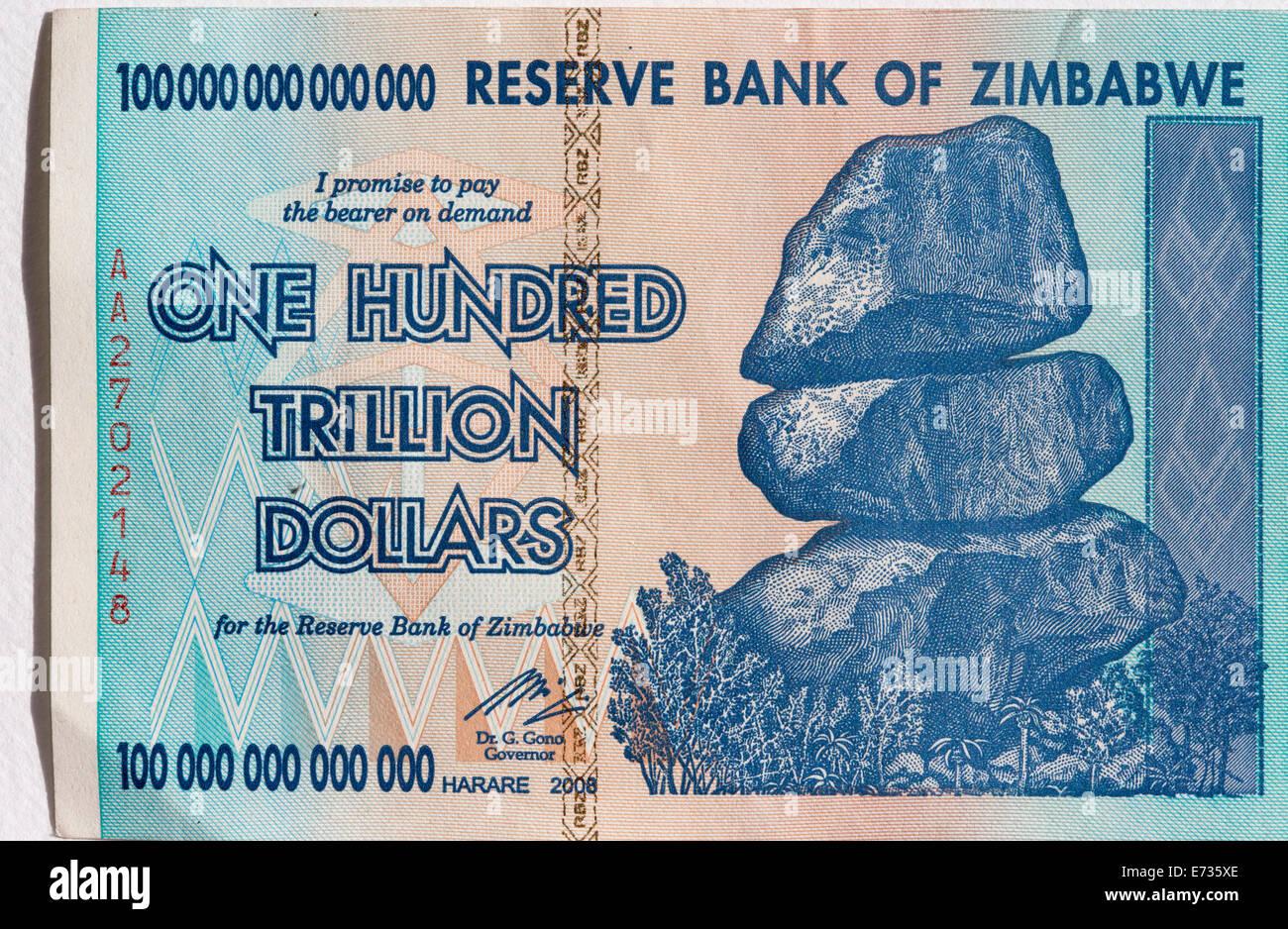 Un ciudadano de Zimbabwe cien trillones de dólares nota como fue en circulación en 2008 durante el período Imagen De Stock