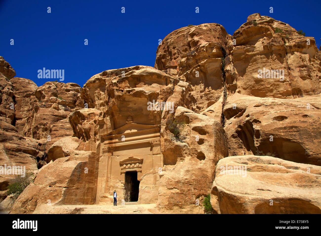 Turista en poco Petra, Sitio del Patrimonio Mundial de la UNESCO, Jordania, Oriente Medio Imagen De Stock