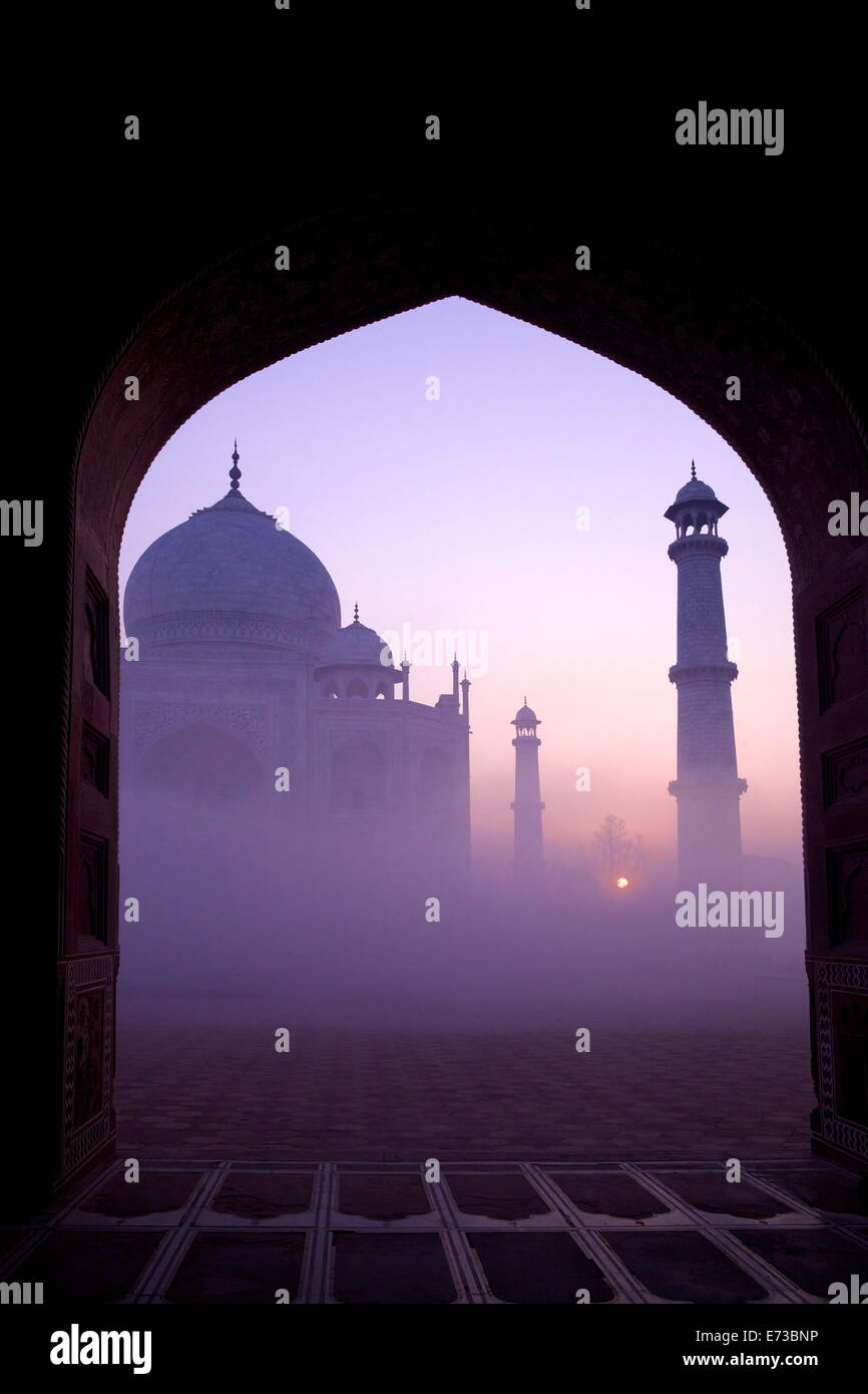 Taj Mahal al amanecer, Sitio del Patrimonio Mundial de la UNESCO, Agra, Uttar Pradesh, India, Asia Imagen De Stock