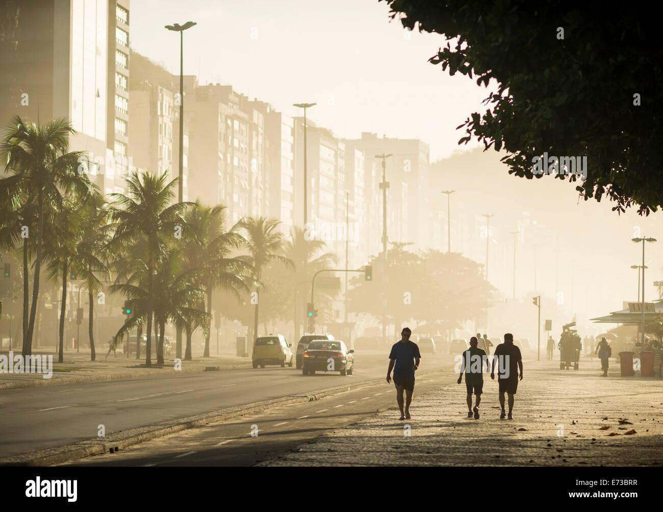 Al amanecer en la playa de Copacabana, Río de Janeiro, Brasil, América del Sur Imagen De Stock