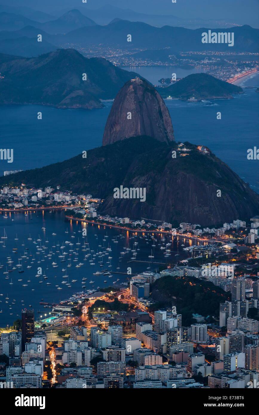 Vista desde el Cristo Redentor en Río de Janeiro en la noche, Corcovado, Río de Janeiro, Brasil, América Imagen De Stock