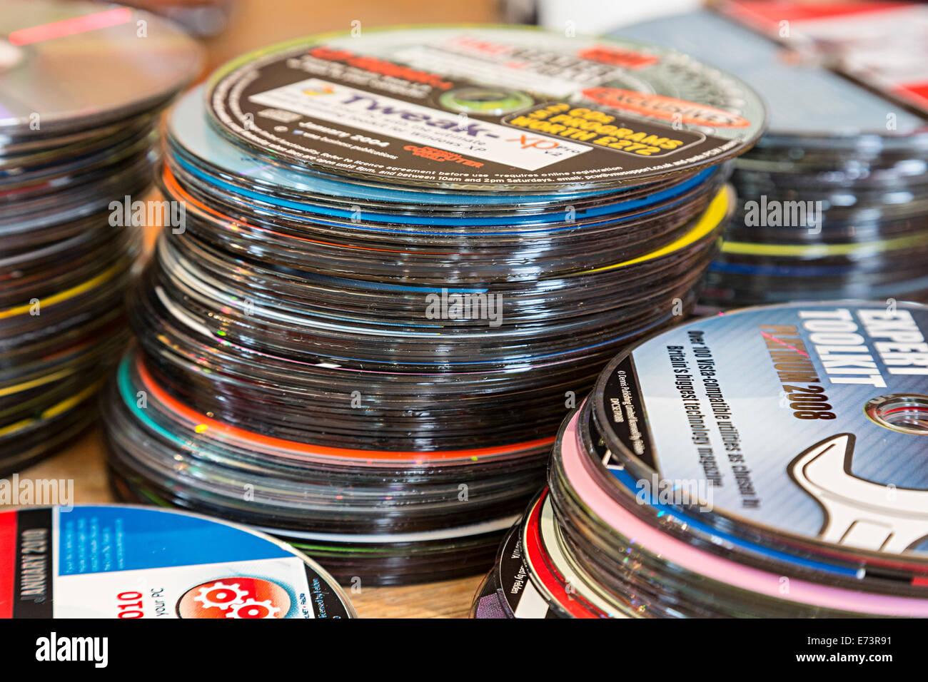 Hay montones de viejos discos CD-ROM de software libre con revistas de informática para su eliminación Imagen De Stock