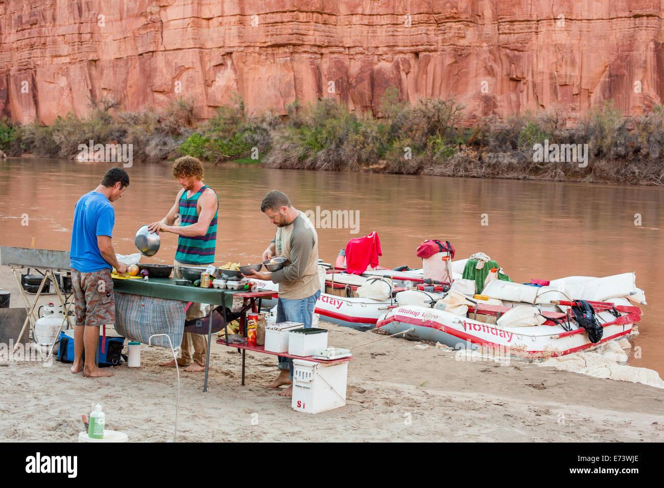 Parque Nacional Canyonlands, en Utah - Guías de Río preparar una comida durante un viaje en balsa por Imagen De Stock