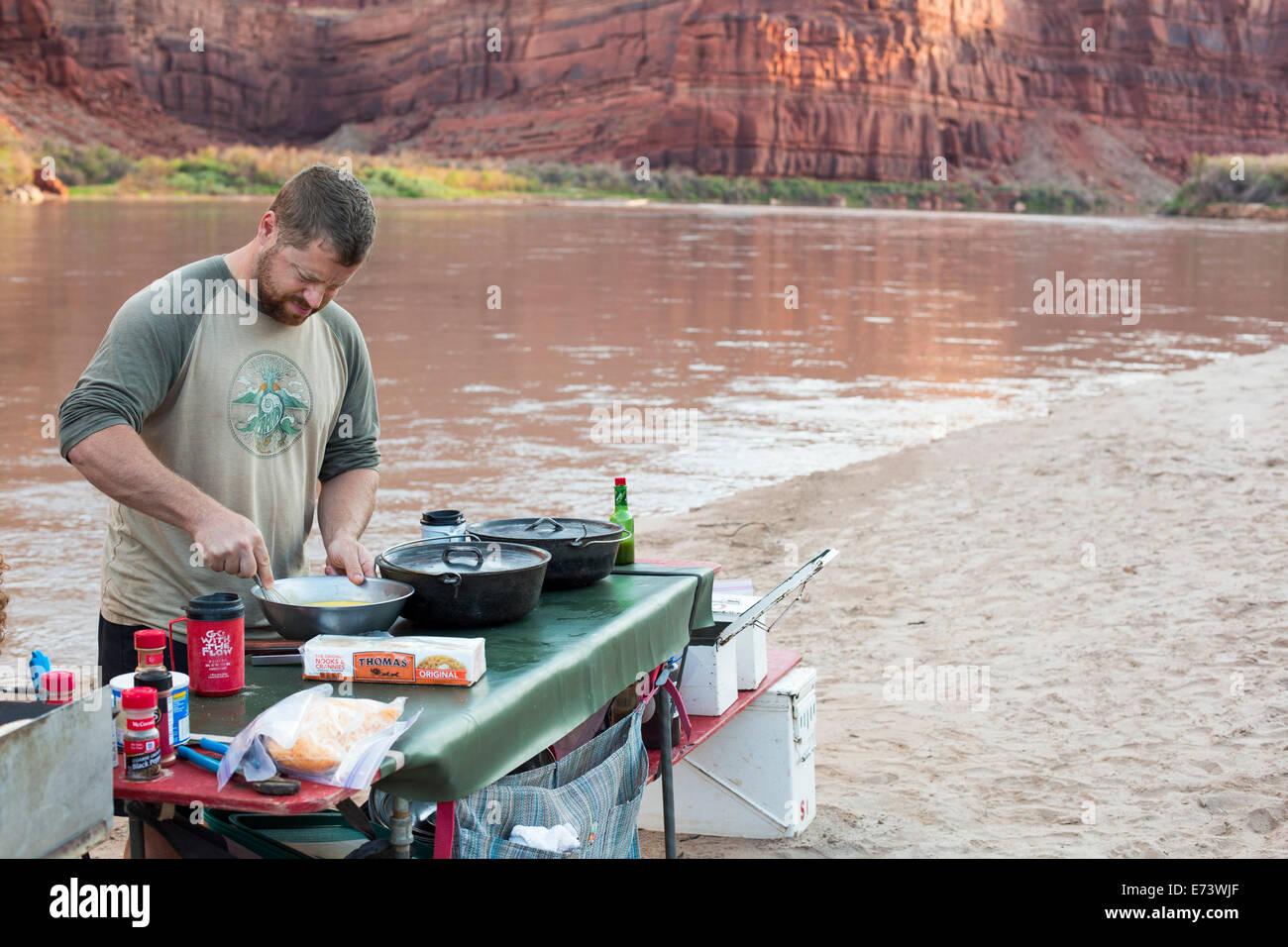 Parque Nacional Canyonlands, en Utah - Un río guías prepara una comida durante un viaje en balsa por el Imagen De Stock