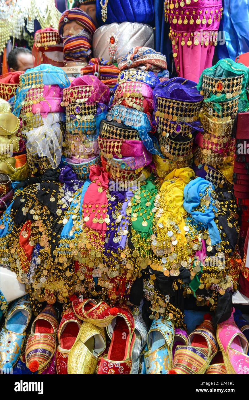 bb2b62022911b Coloridos sombreros de Fez y zapatillas ropa en Estambul Turquia Imagen De  Stock