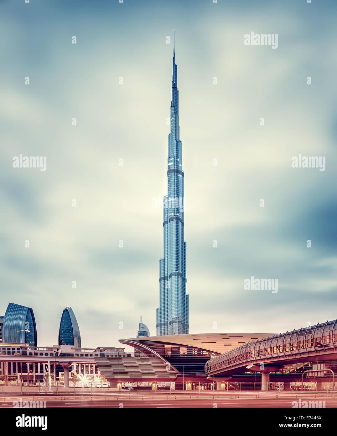DUBAI, EMIRATOS ÁRABES UNIDOS - Febrero 09: Burj Khalifa, la torre más alta del mundo en 828m, ubicado Imagen De Stock