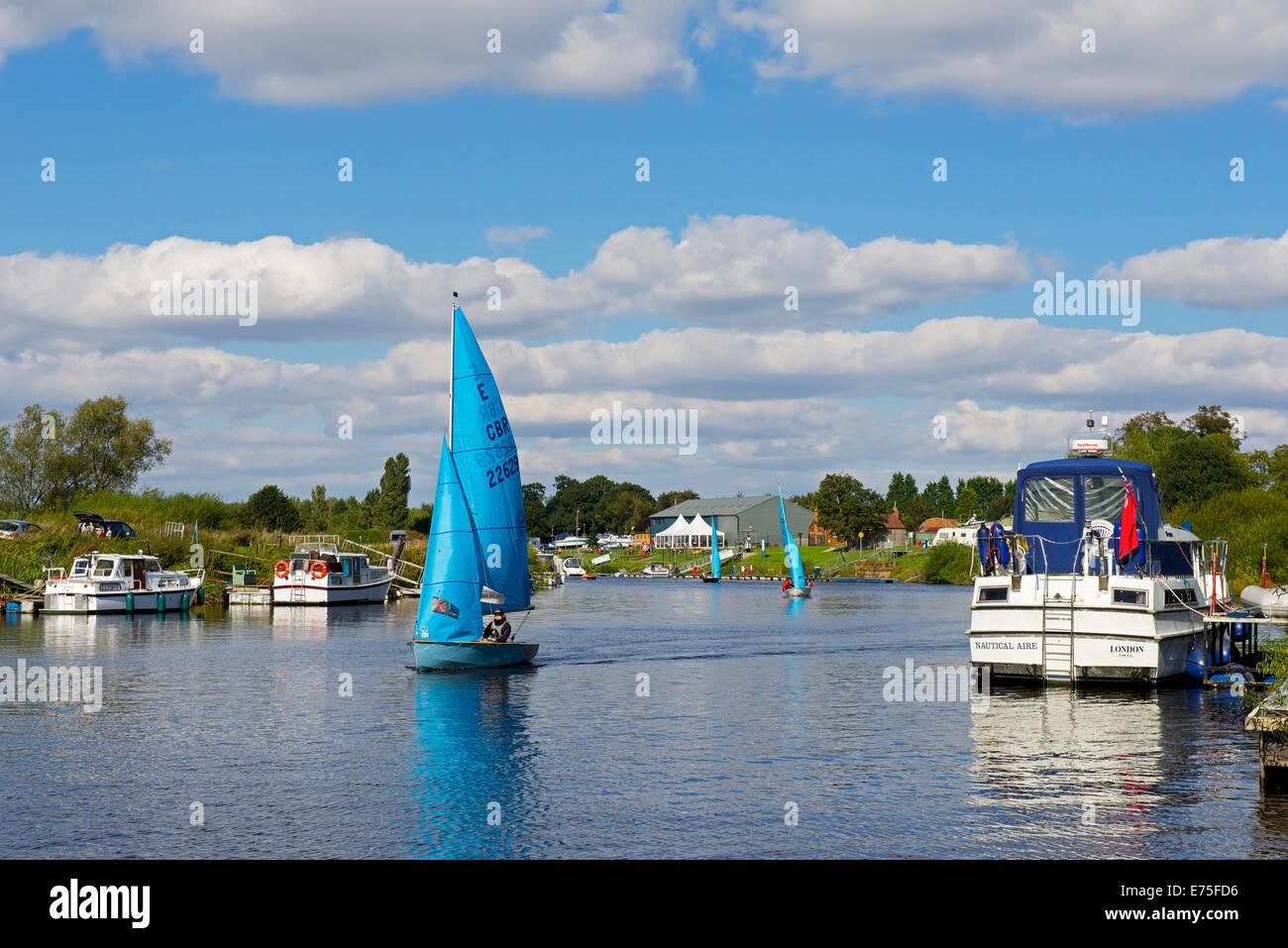 Bote de vela en el río Ouse en Naburn, cerca de York, North Yorkshire, Inglaterra Imagen De Stock