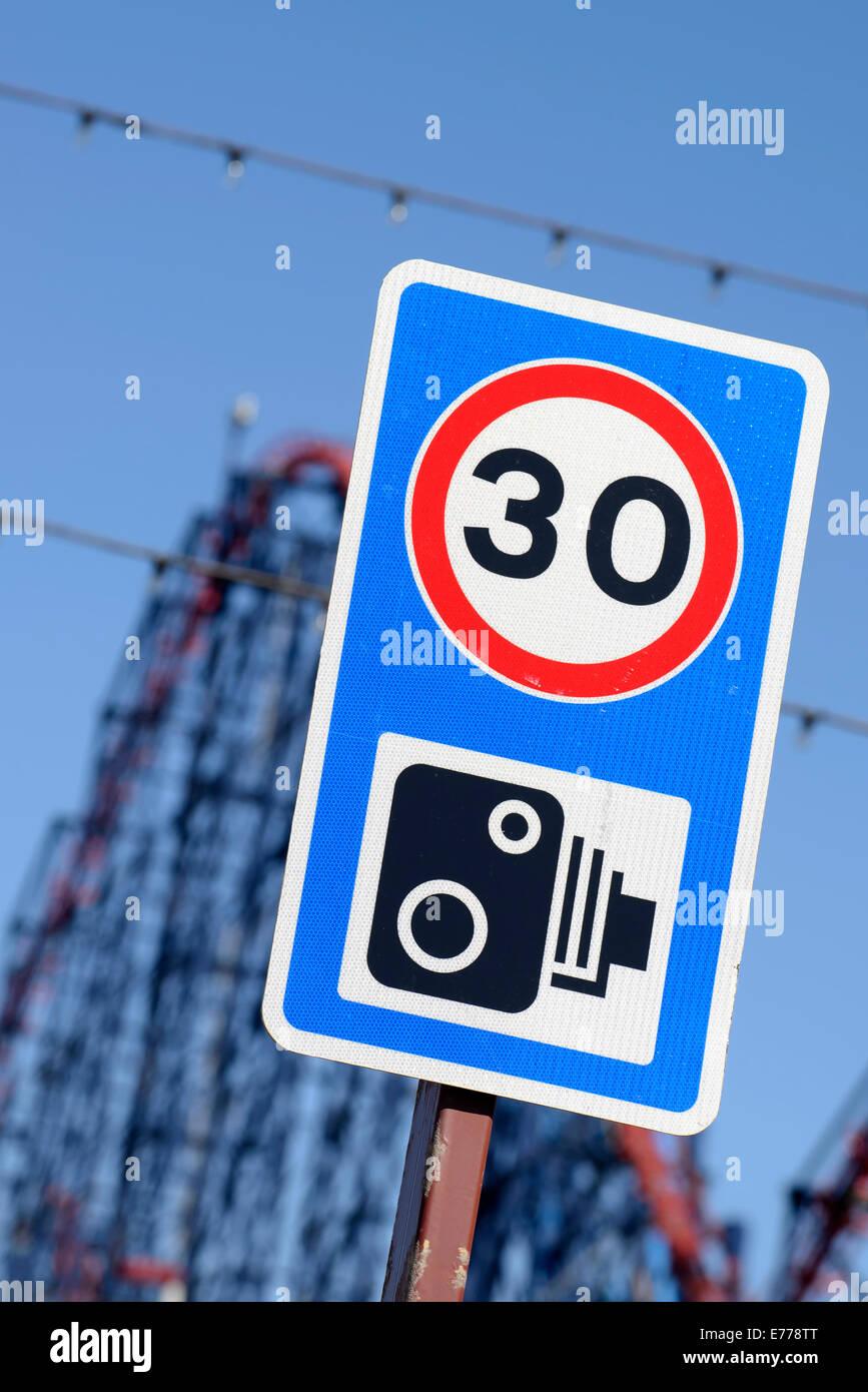 Límite de velocidad de 30 mph de velocidad y la señal de la cámara con 'El Gordo' Rollercoaster Imagen De Stock