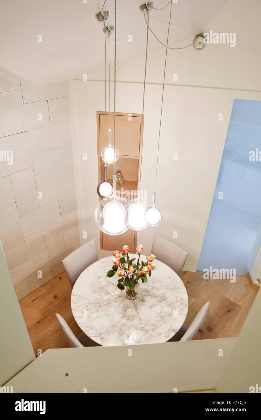 Un alto ángulo de visualización de la ciudad apartamento mesa de comedor Imagen De Stock