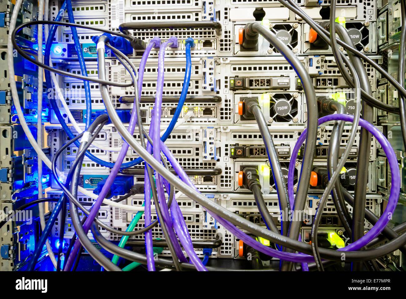 Maraña de cables de alimentación y Ethernet conectado en la parte posterior de un equipo servidor en un Imagen De Stock