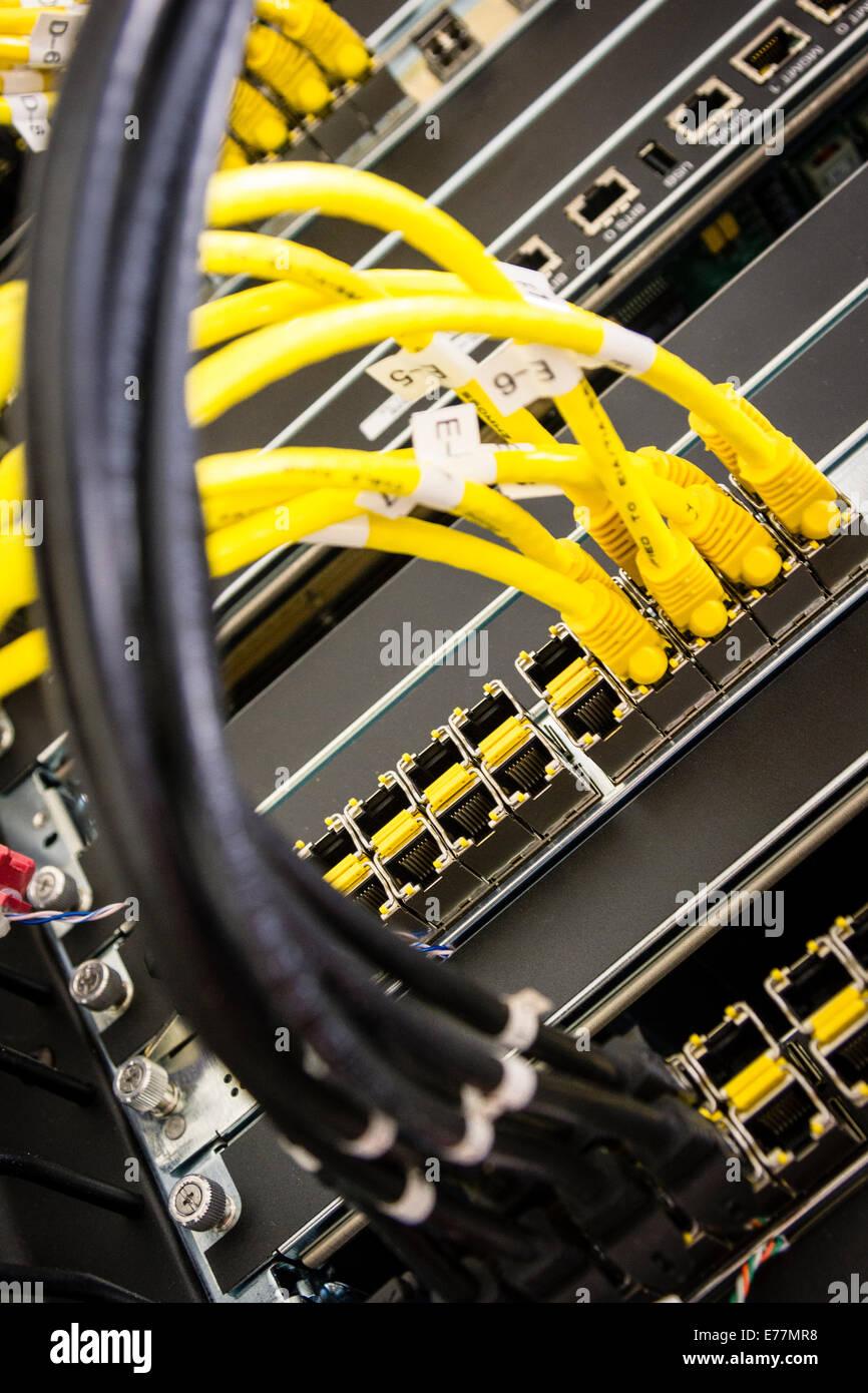 Cables Ethernet conectado a un router de gama alta la máquina a un equipo de apoyo del centro de datos cloud computing Foto de stock