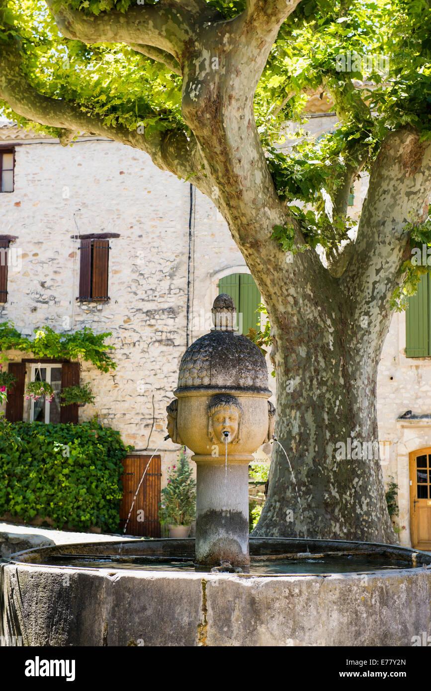 Fuente medieval, Vaison-La-Romaine, Vaucluse, Provence-Alpes-Côte d'Azur, Provenza, Francia Foto de stock
