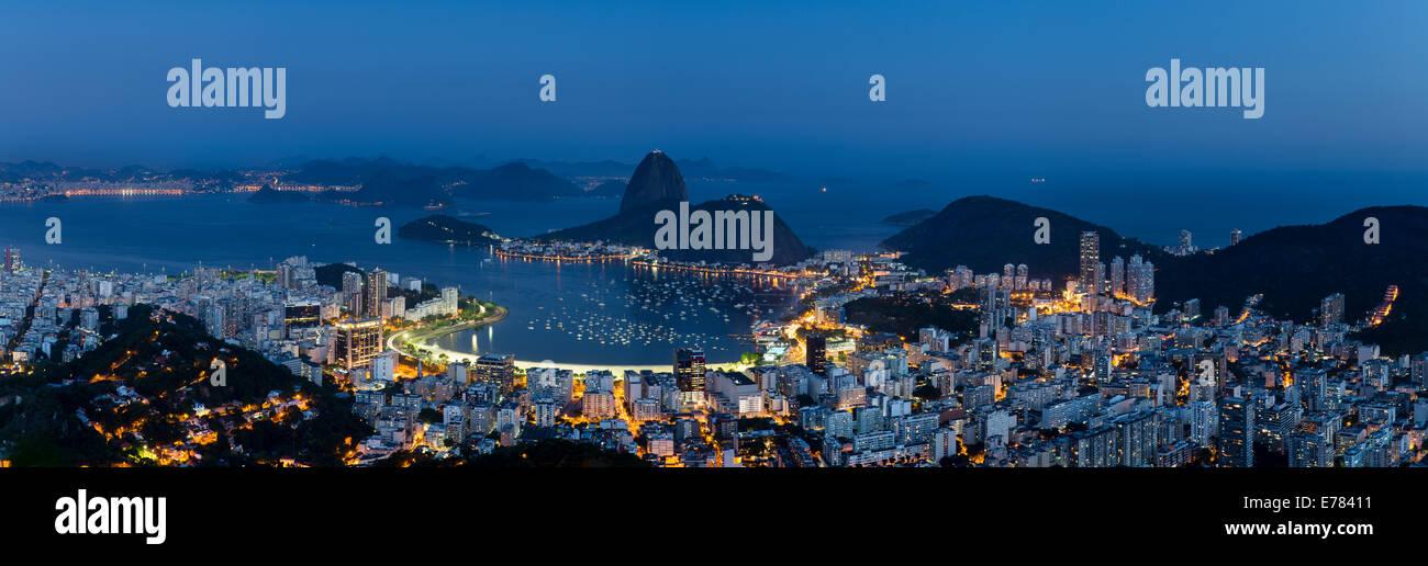 La bahía, la ciudad y la Montaña Pan de Azúcar al anochecer, Río de Janeiro, Brasil Imagen De Stock