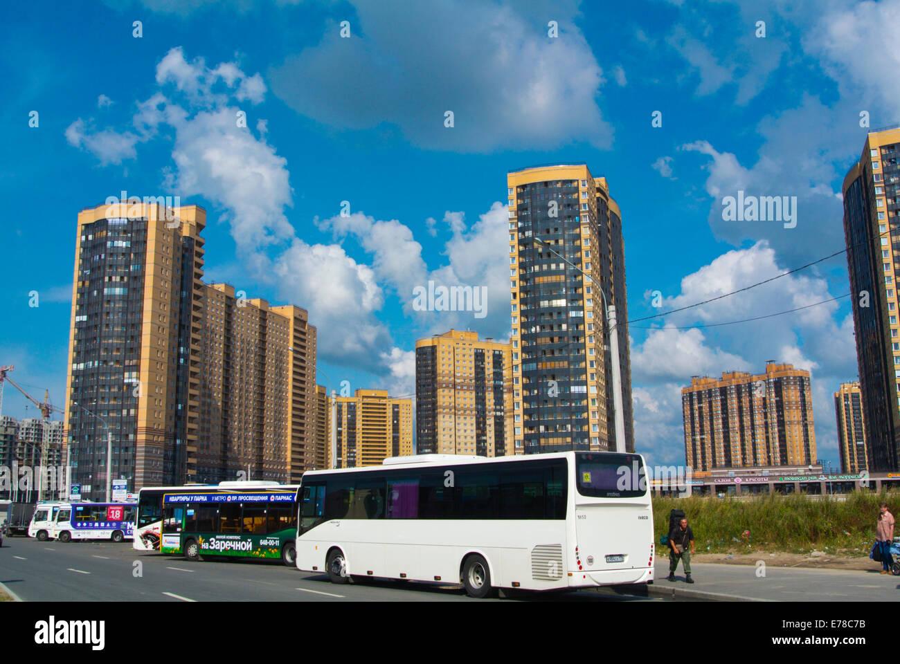 Buses en frente de los nuevos bloques de torre residencial, junto a la estación de metro de Parnas, distrito Imagen De Stock
