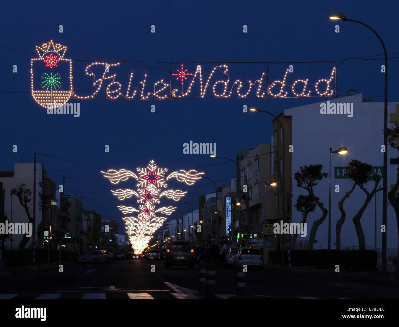 Iluminaciones de Navidad, incluyendo un panel mostrando Feliz Navidad Feliz Navidad (en español). Imagen De Stock
