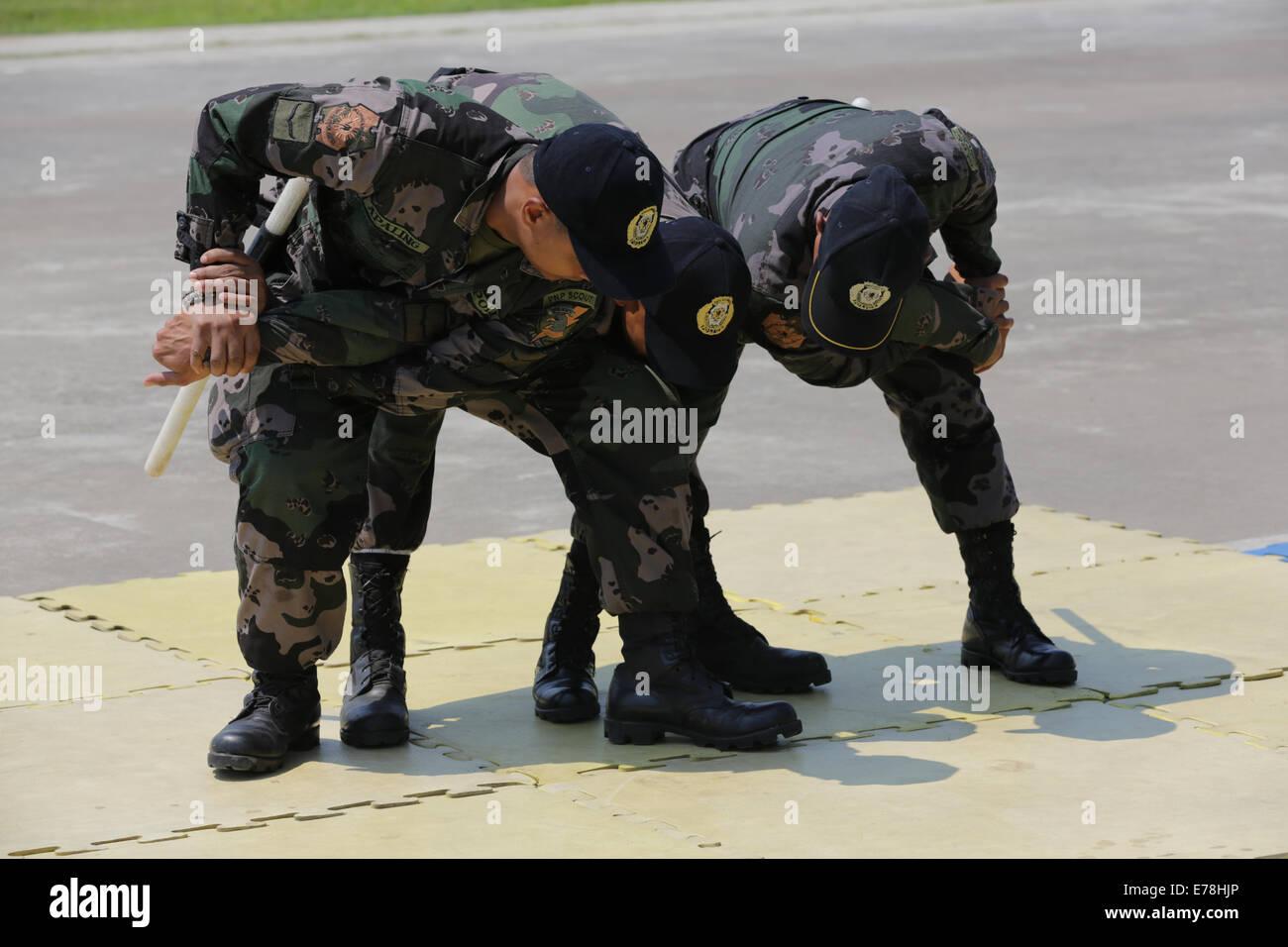 La conducta de los oficiales de la policía nacional filipina ventaja mecánica mantenga control técnicas Imagen De Stock