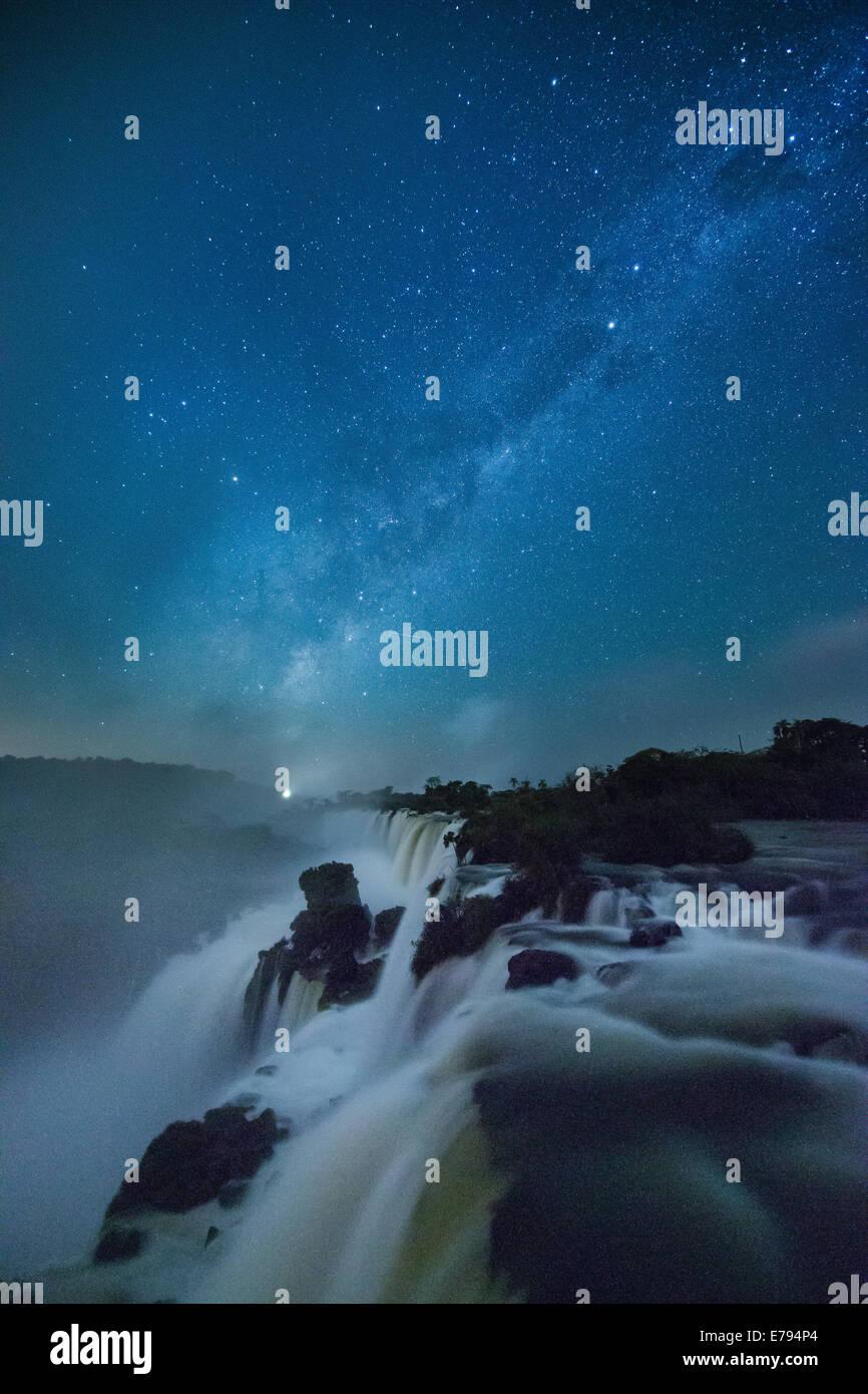 La Vía Láctea sobre las cataratas del Iguazú en la noche, Argentina Foto de stock