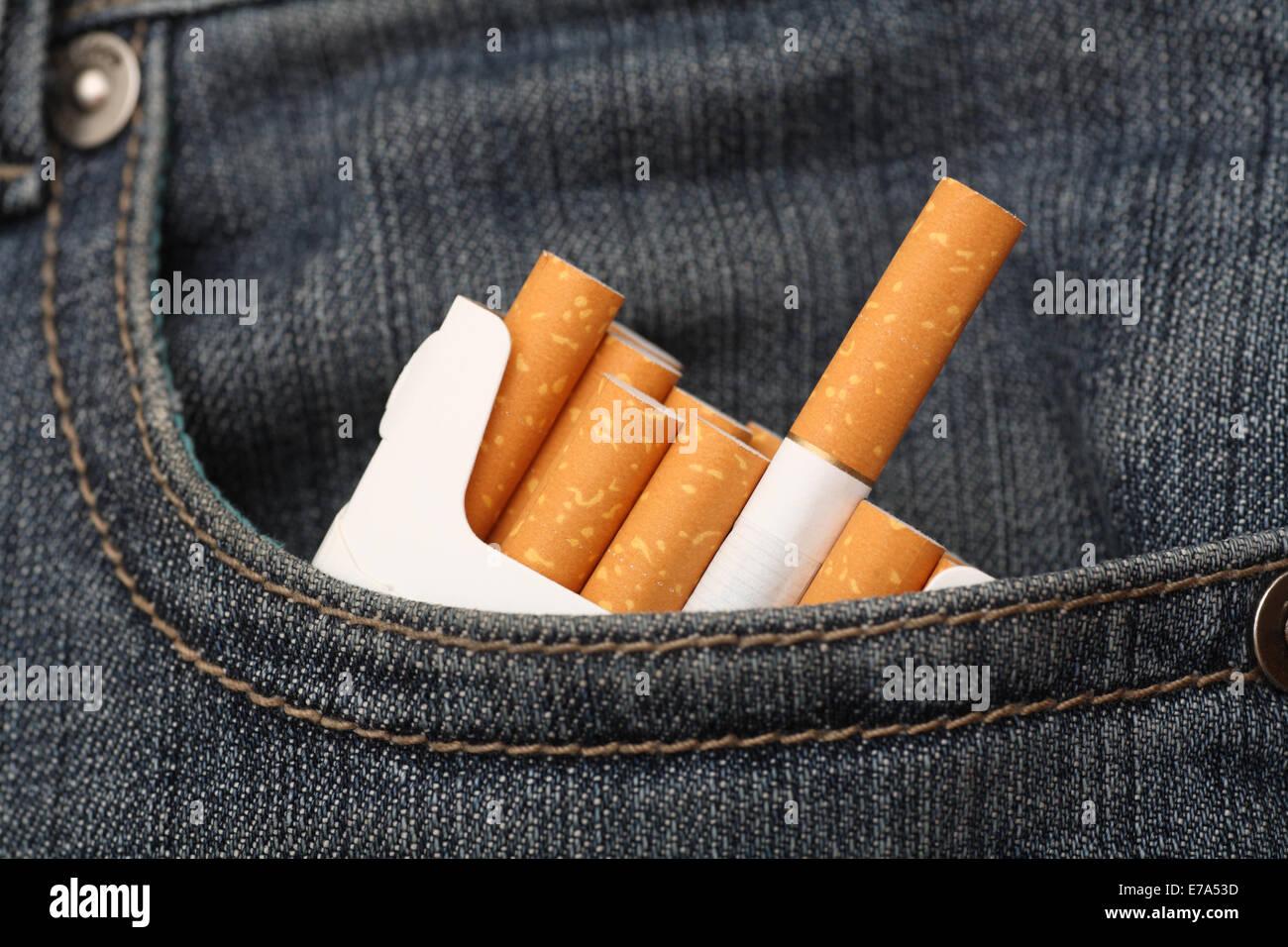 b2817172d Paquete de cigarrillos en el bolsillo de los pantalones vaqueros. Closeup.