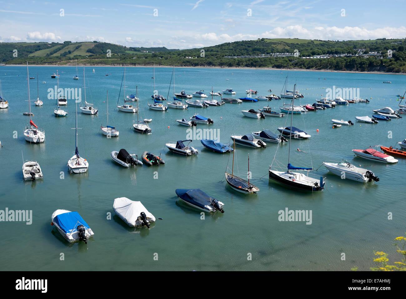 Barcos amarrados en el agua azul oscuro Sunny New Quay Gales Imagen De Stock