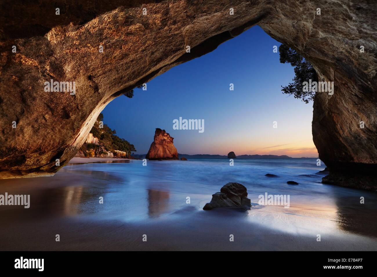 Catedral Cove al amanecer, península Coromandel, Nueva Zelanda Imagen De Stock