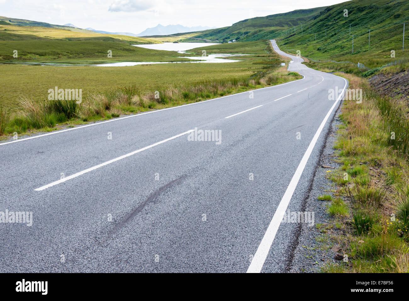 Un vacío abrir camino en medio del campo, en la Isla de Skye Escocia UK lidera en la distancia y horizonte Foto de stock