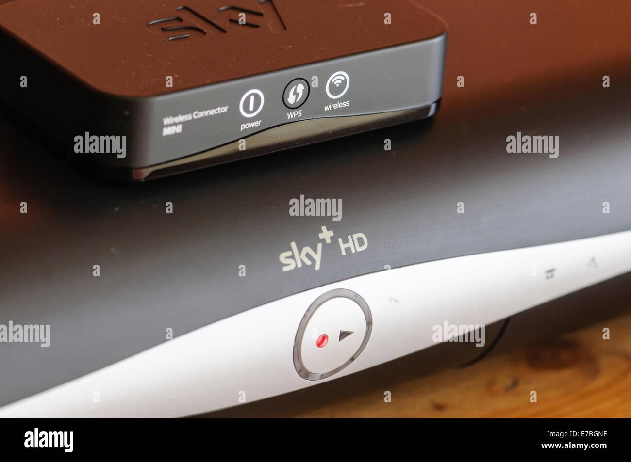 Sky+ HD caja con una red inalámbrica WIFI Adaptador de conector para permitir el acceso a internet Imagen De Stock