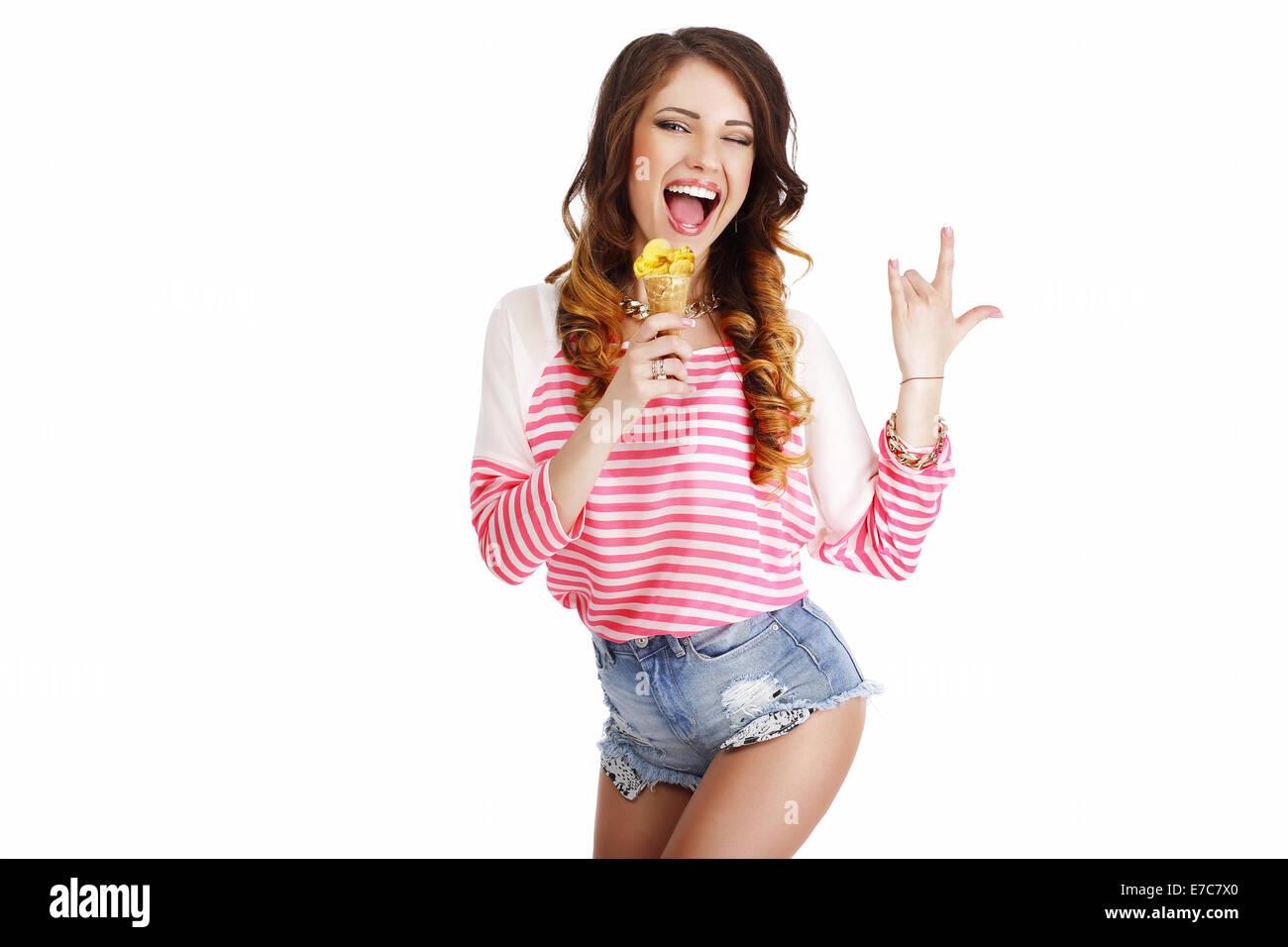 La dulzura. Linda chica con delicioso helado sonriendo Imagen De Stock