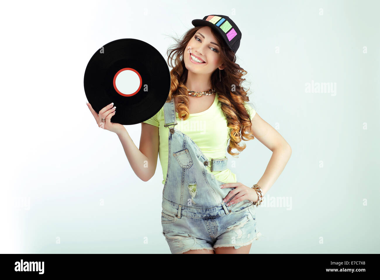 Las diversiones. Gracioso Mujer sosteniendo un disco de vinilo y sonriente Imagen De Stock