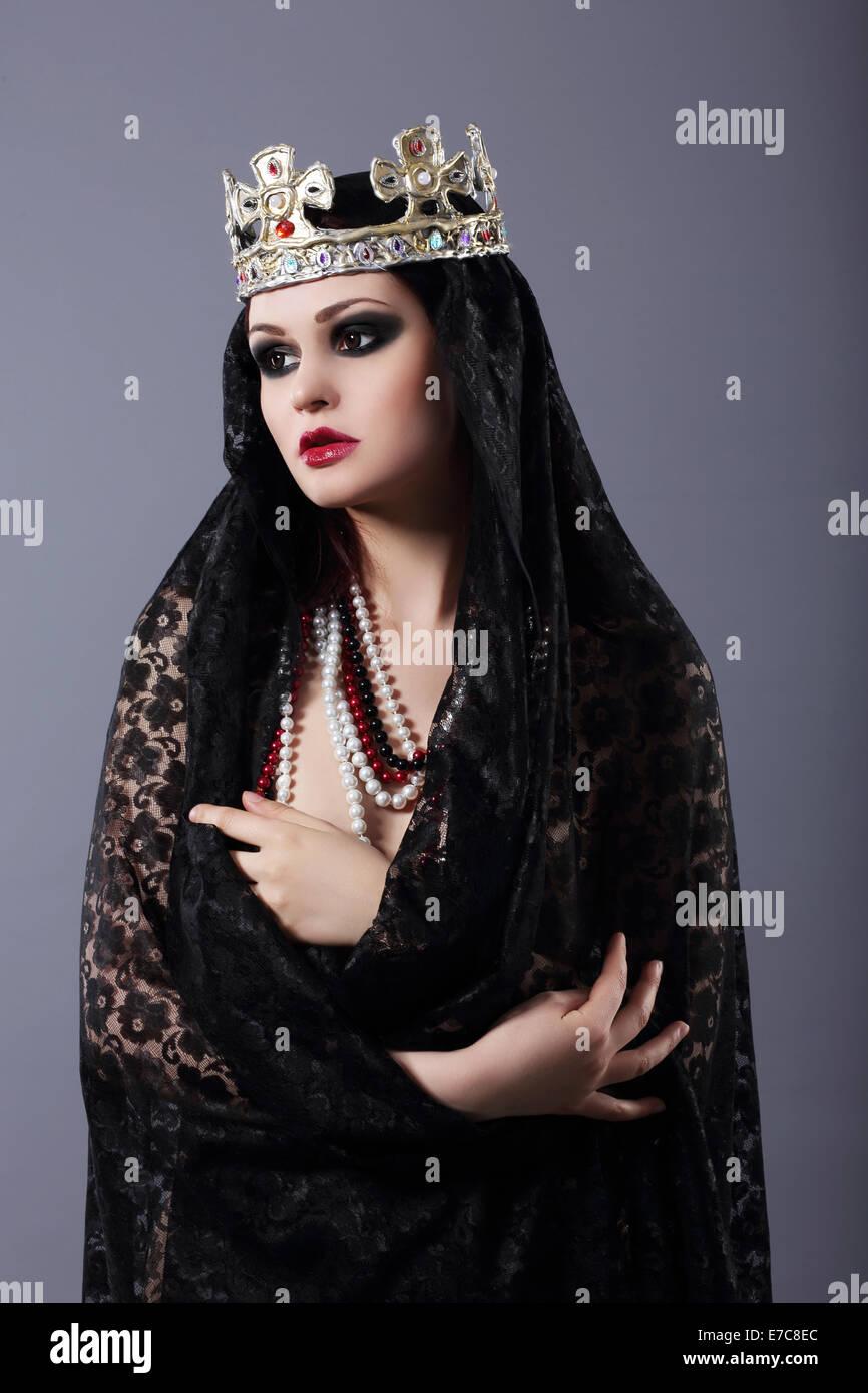La brujería. Mujer en Old-Fashioned ropa y corona Imagen De Stock