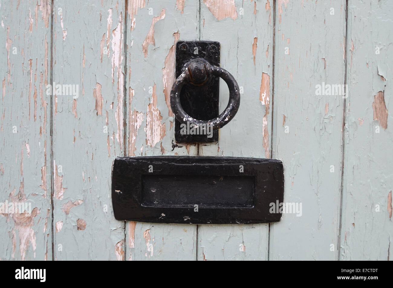 Hay pintura que pela en la puerta de la cabaña, Wiltshire, UK 2014 Imagen De Stock