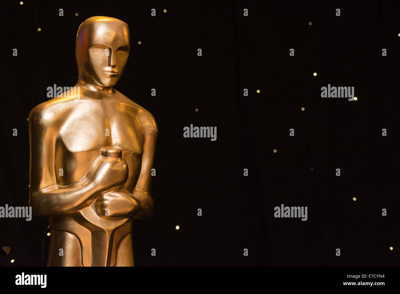 Una estatua con la semejanza de la estatuilla del Premio de la Academia / Oscar en un evento de temática de Imagen De Stock