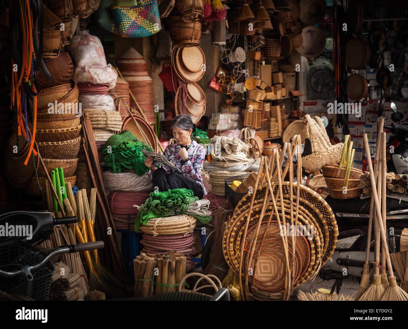 Mercado de alimentos en el barrio antiguo de Hanoi, Vietnam Imagen De Stock