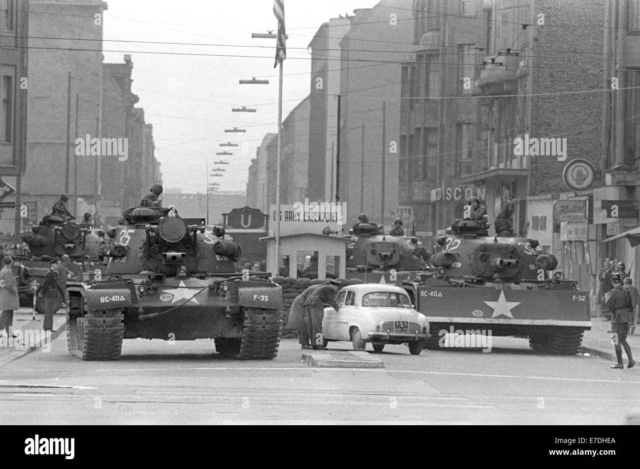 Los tanques americanos están estacionados en el paso fronterizo Checkpoint Charlie en la Friedrichstrasse en Imagen De Stock