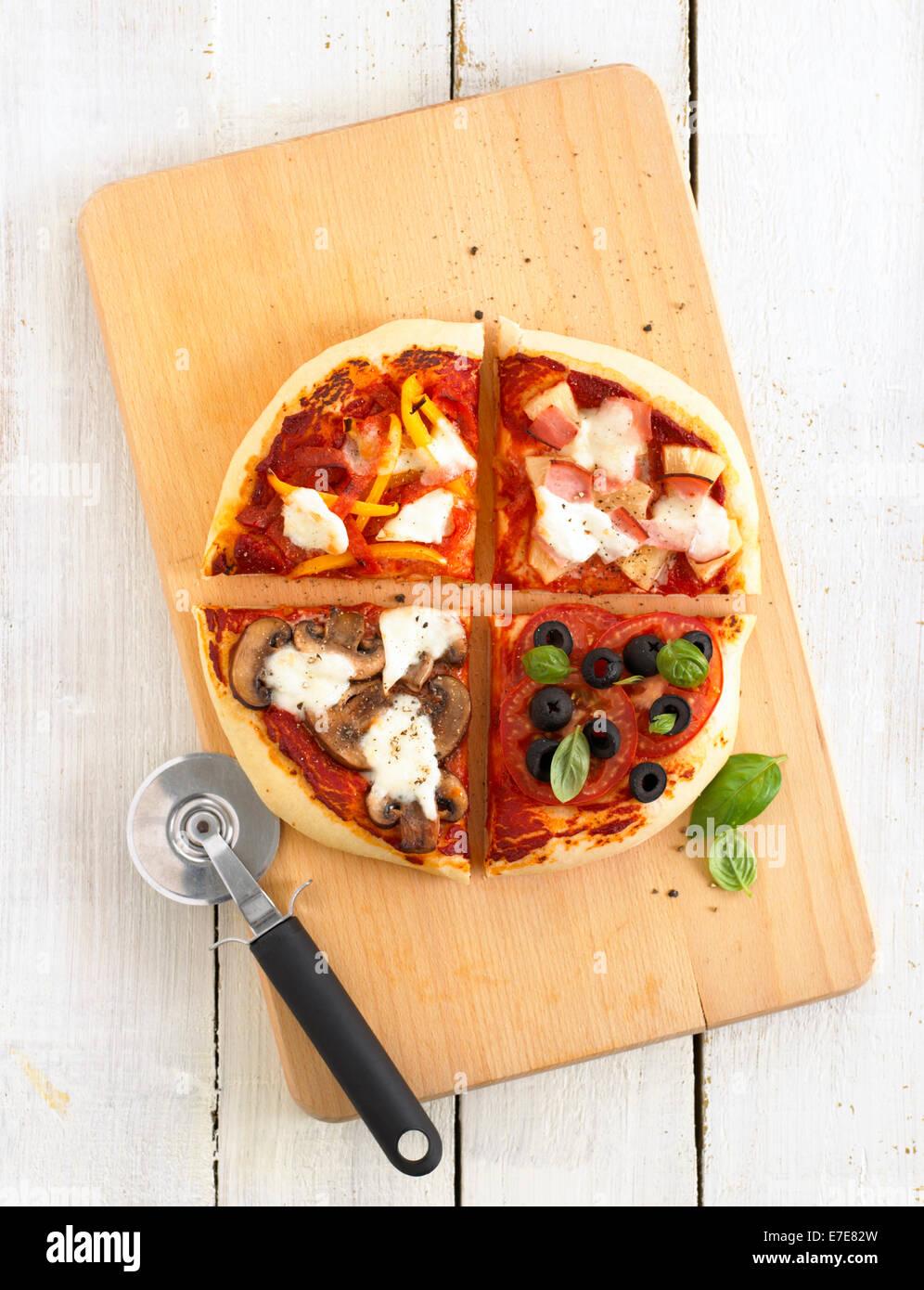 Pizza con cuatro trimestres con sabor diferente Imagen De Stock
