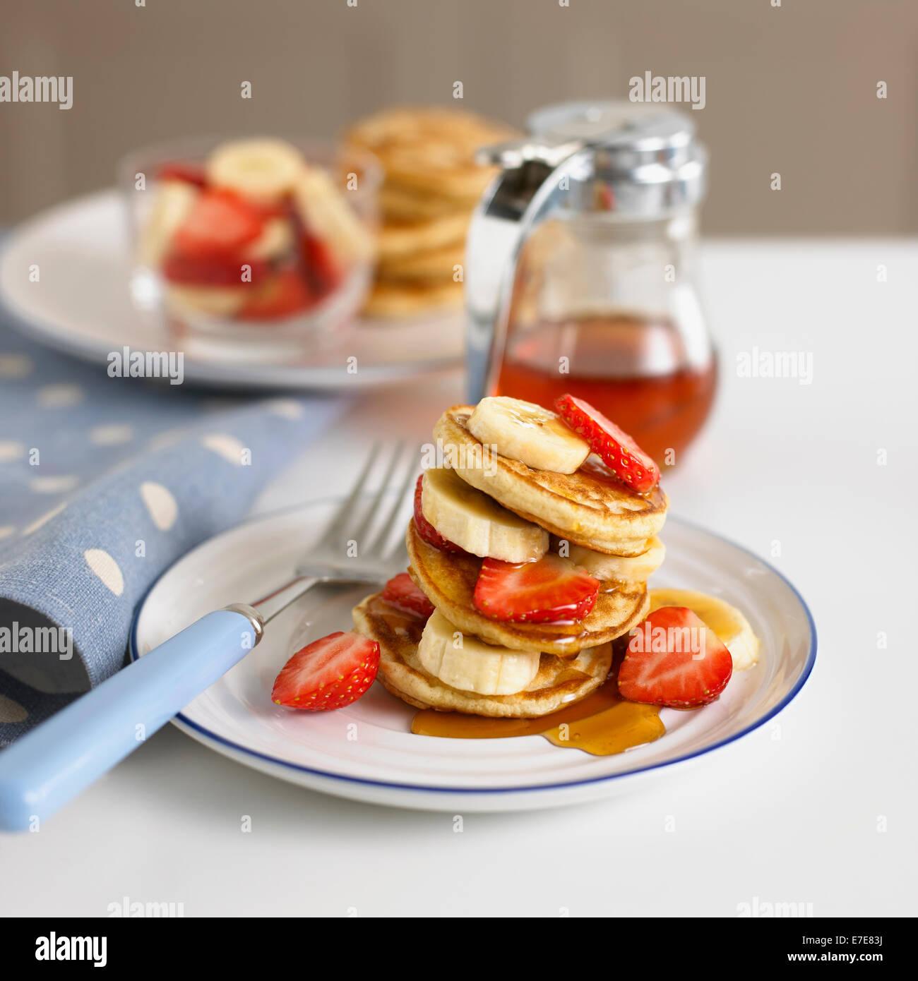Plato de fruta y tortitas Imagen De Stock
