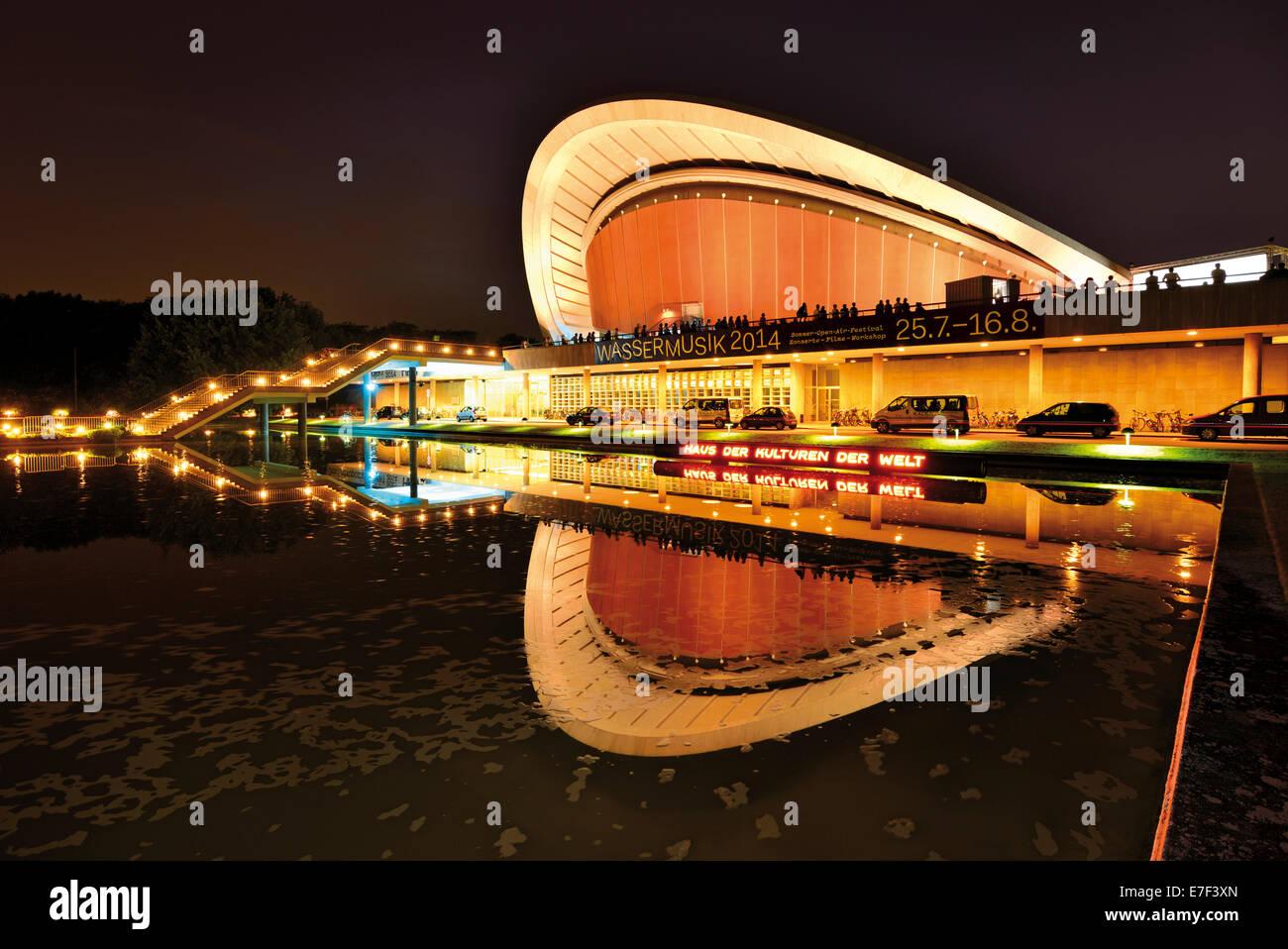 Alemania, Berlín: vista nocturna de la Casa de las Culturas del Mundo Imagen De Stock