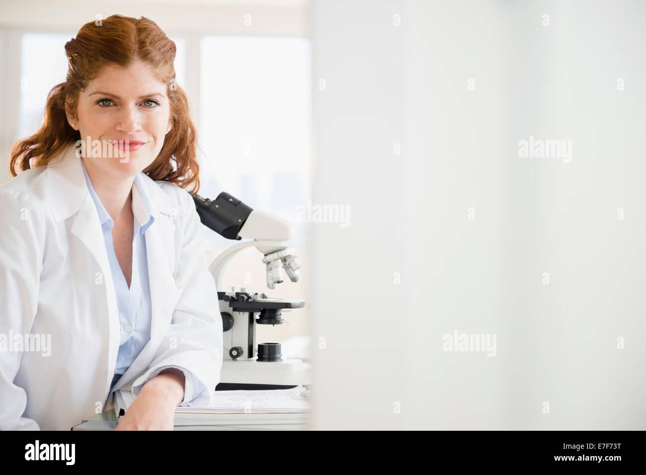 Científico del Cáucaso sonriente en lab Foto de stock