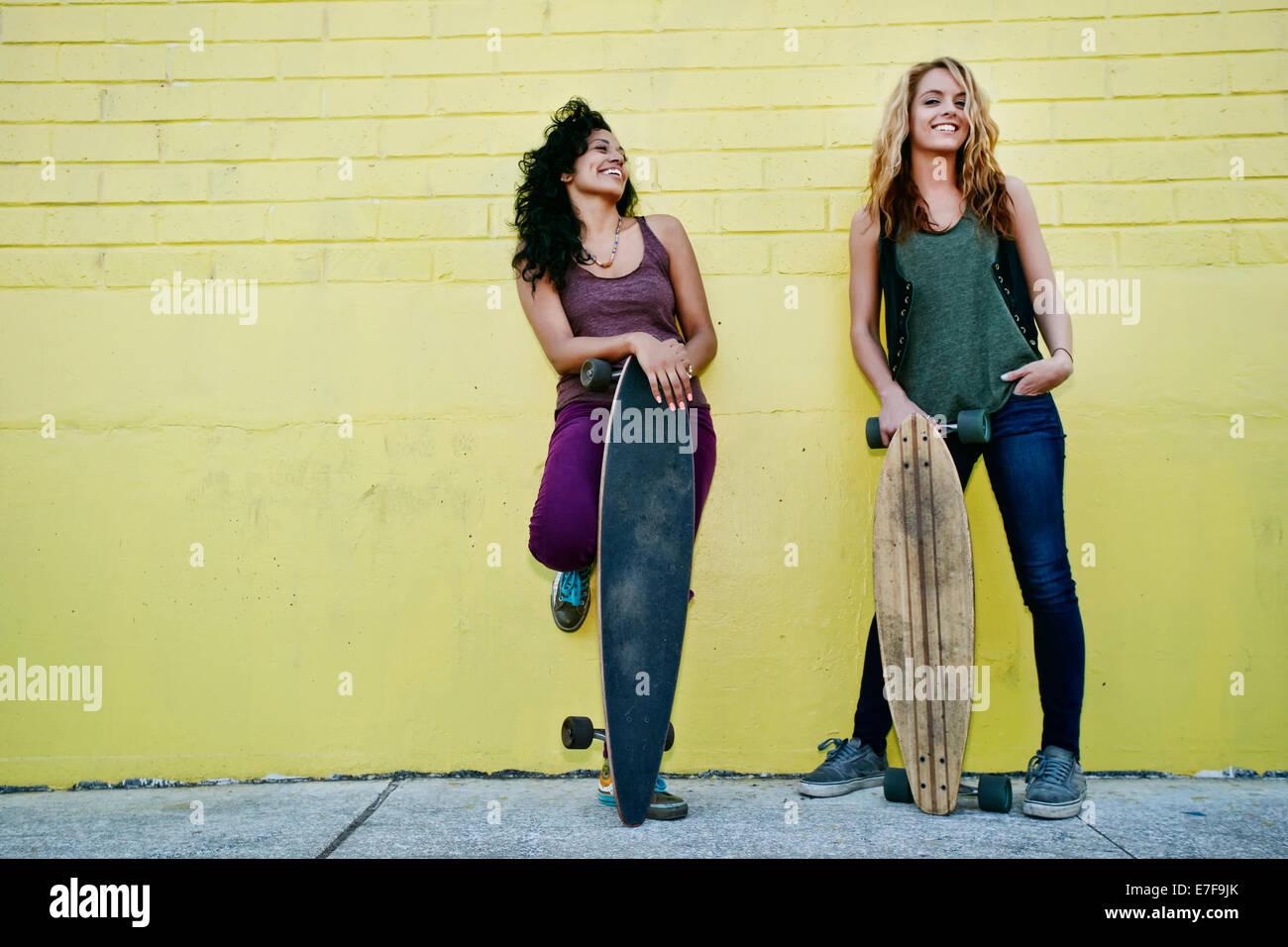 Las mujeres ocupan en la calle skateboards Foto de stock